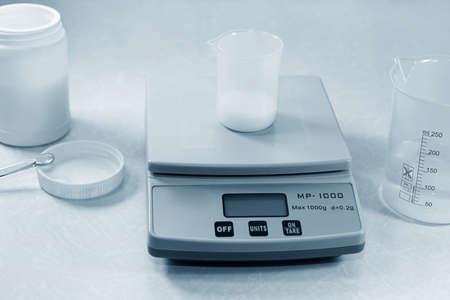 balanza de laboratorio: Con un peso de laboratorio de química Foto de archivo