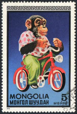 chimpances: MONGOLIA - CIRCA 1973: Un sello impreso en Mongolia muestra unos chimpanc�s - Ciclista, circo de la serie, alrededor del a�o 1973 Foto de archivo