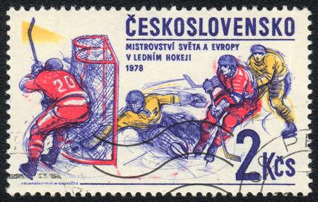 CHECOSLOVAQUIA - alrededor de 1978: Un sello impreso en Checoslovaquia muestra hockey sobre hielo, de serie, alrededor de 1978 Foto de archivo - 13873493