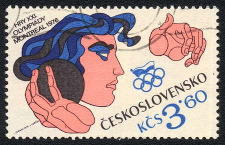 lancio del peso: CECOSLOVACCHIA - CIRCA 1976: Un timbro stampato in Cecoslovacchia mostra lancio del peso XXI giochi olimpici di Montreal, dalla serie, circa 1976