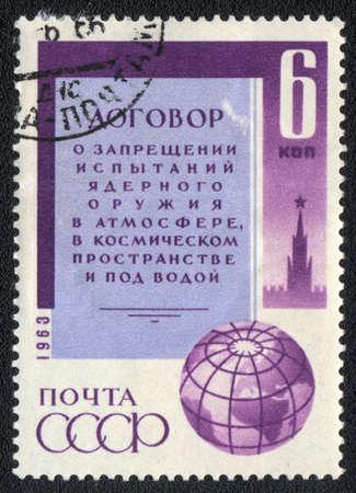 verdrag: USSR - CIRCA 1963: Een stempel gedrukt in de USSR toont Verdrag tot verbod van kernwapens Test, circa 1963