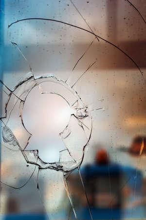 broken car: A trav�s del cristal roto en el primer plano callejero