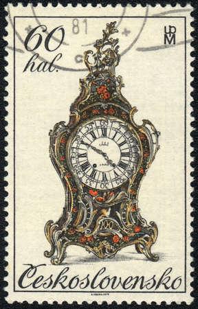mantel: CECOSLOVACCHIA - CIRCA 1977: Un timbro stampato in Cecoslovacchia mostra un orologio mensola del camino antico, circa 1981