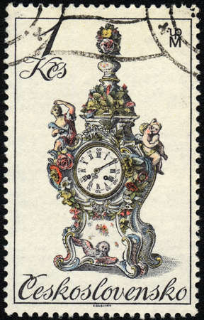 mantel: CECOSLOVACCHIA - CIRCA 1981: Un timbro stampato in Cecoslovacchia mostra un orologio mensola del camino antico, circa 1981 Editoriali