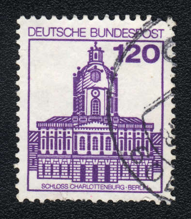 bundespost: DDR - CIRCA 1982  A stamp printed in DDR  shows  Charlottenburg castle, circa 1982