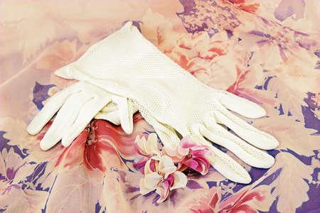 encaje: Guantes blancos de la vendimia y flores artificiales en seda