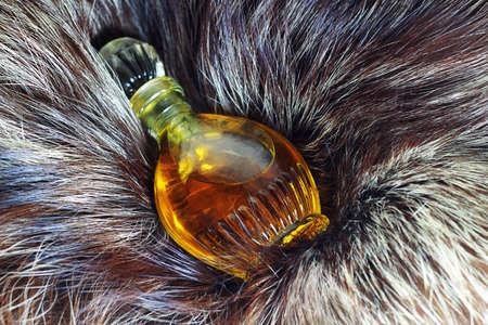 silver fox: Peque�a botella de perfume es de piel de zorro plateado Foto de archivo