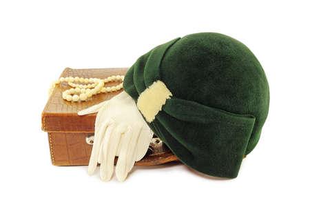 sombrero: Sombrero y guantes en la bolsa de cuero aisladas sobre fondo blanco Vintage