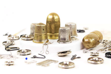 Vintage thimbles and other metal tools for hand sewing 免版税图像