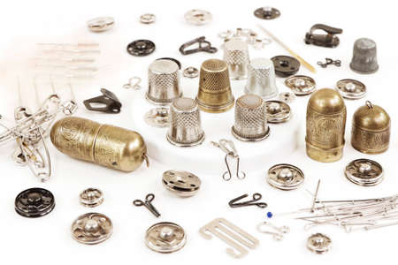 Metal objects for sewing: needles, thimbles, fasteners, buttons, hooks, pins 免版税图像