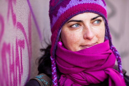 Donna in rosa, berretto di lana.
