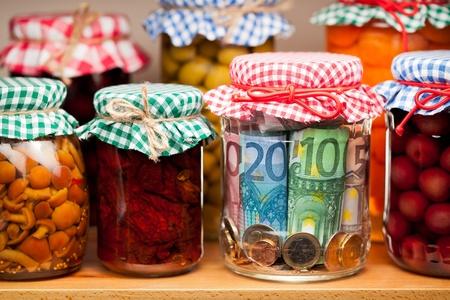 impuestos: Reservas financieras. El dinero se conserva en un frasco de vidrio.