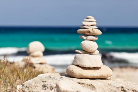 piedras zen: Piedras equilibradas cerca de la playa