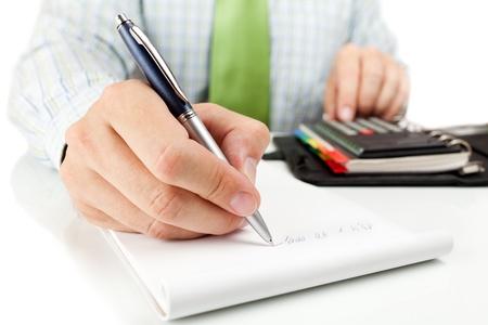 Zakenman rekent op rekenmachine