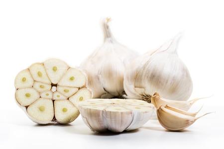 Tre bulbi di aglio fresco con diversi chiodi di garofano