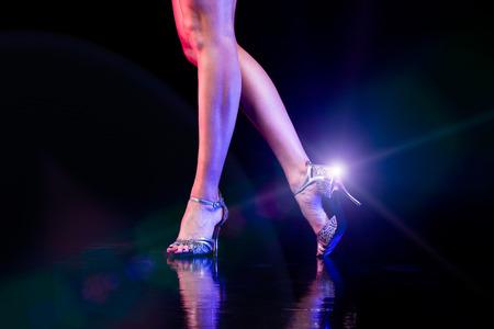 Piedi danzanti con lens flare Archivio Fotografico