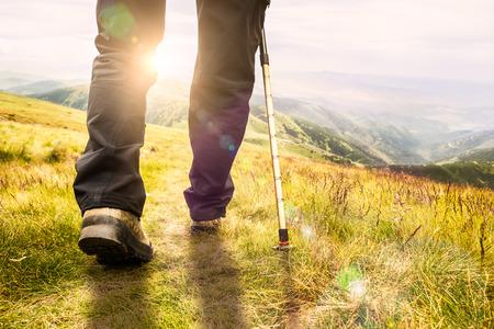 レンズフレア、フィールドの浅い深さをハイキングする山 写真素材