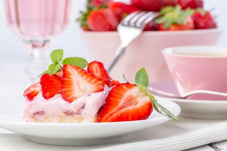 Torta di fragole con caff� o t� e limonata rosa o vino rosato