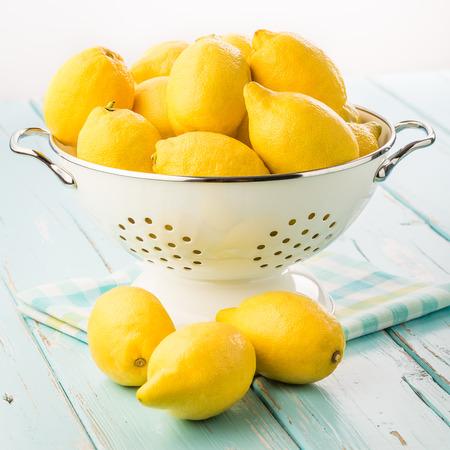 Frische Zitronen im Retro-Sieb Standard-Bild - 30886451