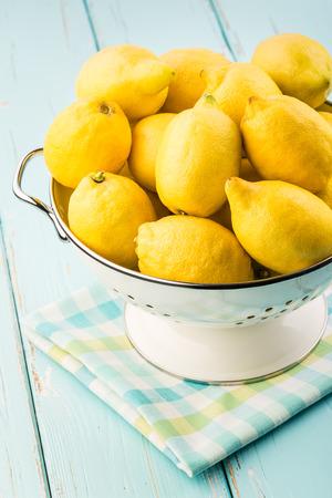 Frische Zitronen im Retro-Sieb Standard-Bild - 30886411