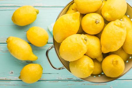 turquesa: Limones frescos en un colador retro