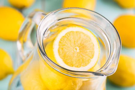Limonade. Frische Zitronen im Glas Geringe Schärfentiefe, Standard-Bild - 33031424