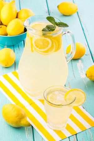Frische hausgemachte Limonade. Flache Schärfentiefe. Standard-Bild - 33031428