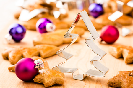 Biscotti di panpepato Natale con frese e palline di Natale. Profondit� di campo.