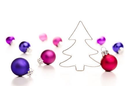 Albero di Natale e palline. Gingerbread cookie cutter e colorate palline di Natale. Profondit� di campo.
