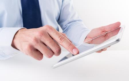 Geschäftsmann mit einem digitalen Tablette. Standard-Bild - 35763438