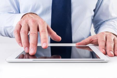 Geschäftsmann mit einem digitalen Tablette. Standard-Bild - 35764363