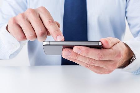 Geschäftsmann mit Smartphone. Standard-Bild - 35764371