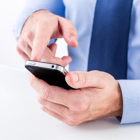 Nahaufnahme von einem Geschäftsmann Hände mit Smartphone. Flache Schärfentiefe. Standard-Bild - 36904249