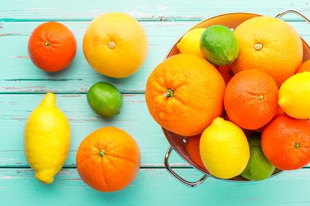 감귤류의 과일: Citrus fruits in retro colander.