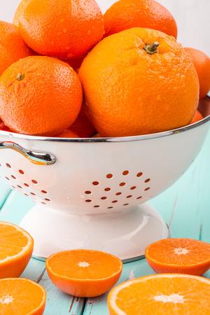 Orangen und Mandarinen in retro Sieb. Standard-Bild - 48298801