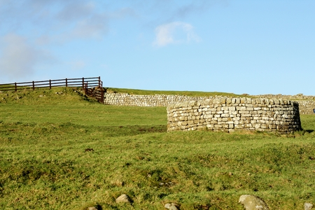 hadrian: Wel siglo XVI en lHousesteads Roman Fort en Adriano s Wall, Northumberland, Reino Unido Foto de archivo