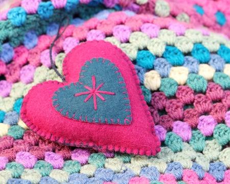 Rosa Und Blau Fühlte Shabby Chic Herz Auf Einem Crochet Afghan Decke ...