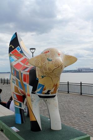 LIVERPOOL UK 26. Mai 2014 Auf der Grundlage der ursprünglichen Superlambanana durch japanischen Künstler Taro Chiezo sind 125 Mini Superlambananas der ganzen Liverpool, einschließlich Pier Head Standard-Bild - 28662270