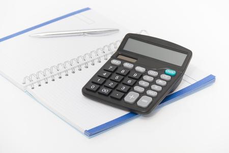 calculadora: Foto del concepto de negocio con la calculadora, la pluma y el cuaderno