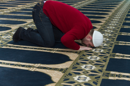 madina: Photo of the Muslim Man Is Praying In The Mosque
