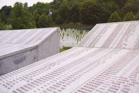 Srebrenica, Bosnia-Herzegovina, June 01 2020: Srebrenica-Potocari memorial and cemetery for the victims of the 1995 massacre,with names of some people killed during war. 新聞圖片