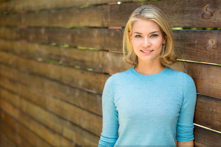 capelli biondi: Donna attraente pone con pelle perfetta e sorriso