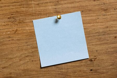 tack board: Nota con Tack sobre tabla de madera vieja.