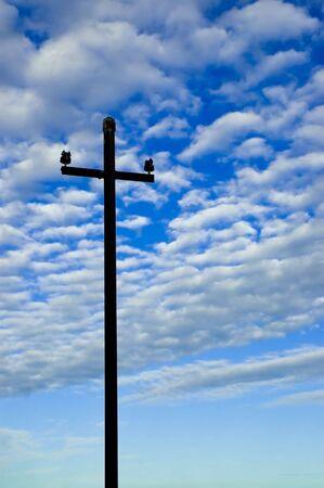 telegraphy: Old palo del telegrafo staglia contro il cielo.