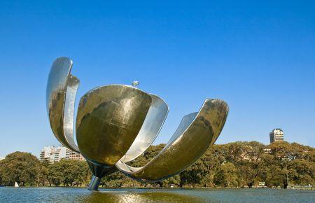 metal sculpture: Gigante scultura in metallo fiore in un parco nel quartiere Recolteta, Buenos Aires, Argentina