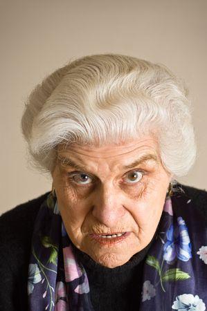 persona enojada: Retrato de una mujer madura enojado, mirando hacia cammera. Foto de archivo