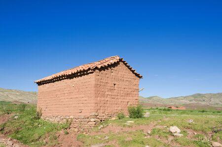 Casa de Adobe en la zona rural de Bolivia.  Foto de archivo - 6567704