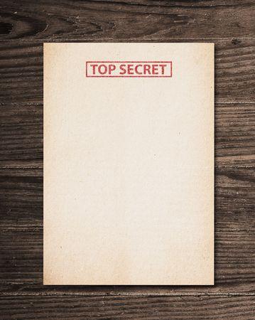 trompo de madera: Documento secreto superior sobre la vieja mesa de madera.
