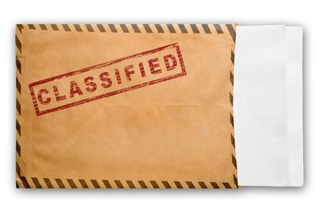 sobres para carta: Sobre amarillo abierto con sello de secreto superior y papeles en blanco, sobre fondo blanco Foto de archivo