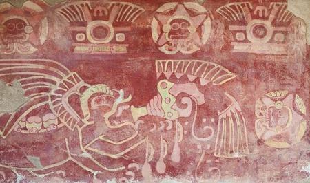 Interieur van een tempel in Teotihuacan, Mexico, met religieuze figuren geschilderd in een muur.